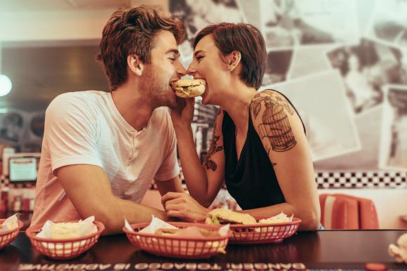 Любовь vs. Бургер: влюбленные мужчины отказываются от жира