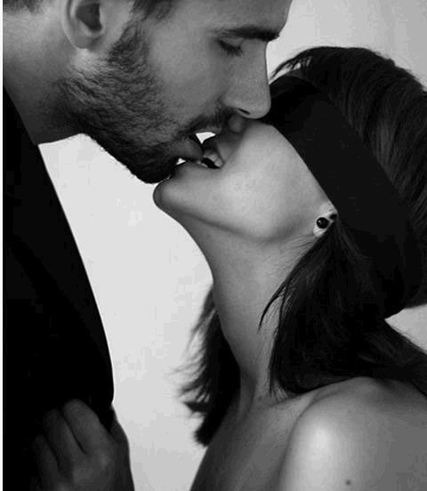 черно-белые картинки она целует ему шею переводе