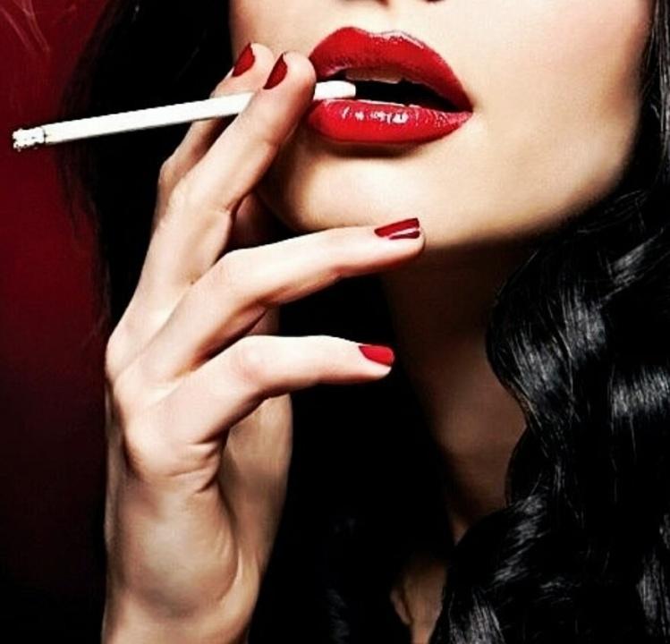 Брюнетка с сигаретой фото