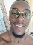 Phil , 30  , Libreville