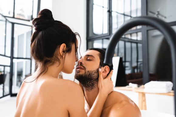 8 верных признаков, что ты нравишься мужчине